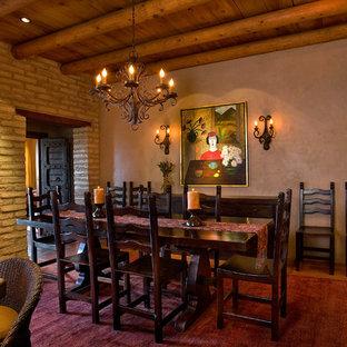 Cette image montre une salle à manger ouverte sur la cuisine victorienne de taille moyenne avec un mur beige, béton au sol et un sol beige.