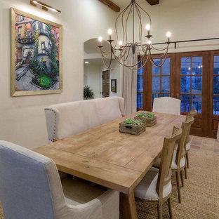 Пример оригинального дизайна: большая отдельная столовая в средиземноморском стиле с белыми стенами, полом из терракотовой плитки и розовым полом без камина