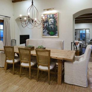 Immagine di una grande sala da pranzo mediterranea chiusa con pareti bianche, pavimento in terracotta, nessun camino e pavimento rosa