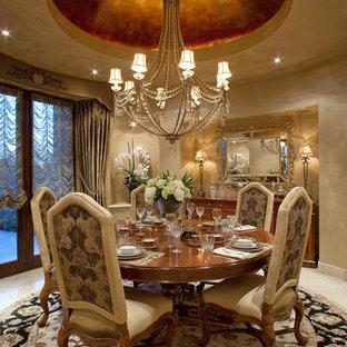 Cette image montre une grand salle à manger ouverte sur la cuisine traditionnelle avec un mur beige, un sol en calcaire et aucune cheminée.