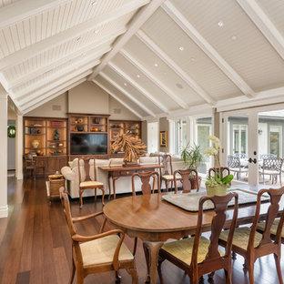 Foto di una sala da pranzo chic con pareti beige e pavimento in bambù