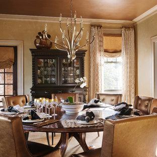 Aménagement d'une salle à manger classique fermée avec mur métallisé, un sol en bois brun et un sol marron.