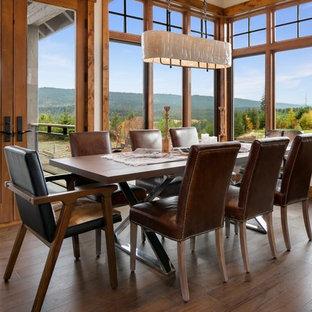 Esempio di una sala da pranzo rustica con pavimento marrone e pavimento in legno massello medio