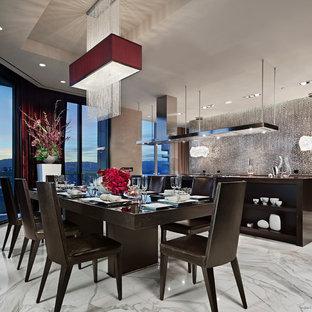 Diseño de comedor actual, grande, abierto, sin chimenea, con paredes blancas y suelo de mármol