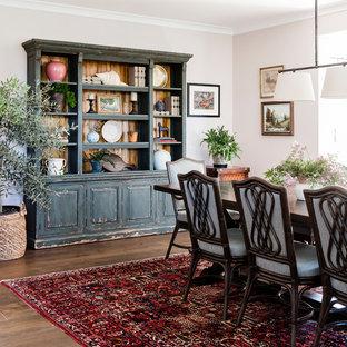Idee per una grande sala da pranzo classica chiusa con pareti rosa, parquet scuro e pavimento marrone
