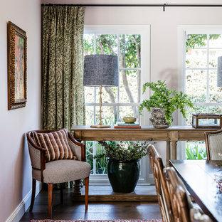 Новые идеи обустройства дома: большая столовая в стиле современная классика с розовыми стенами и темным паркетным полом