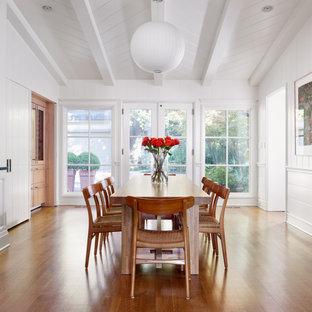 Idee per una sala da pranzo tradizionale chiusa e di medie dimensioni con pareti bianche, pavimento marrone, pavimento in legno massello medio, travi a vista, soffitto in perlinato, soffitto a volta, pareti in perlinato e boiserie