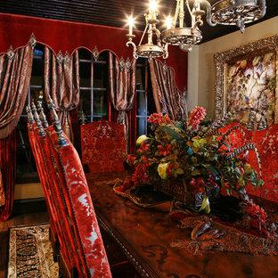 Aménagement d'une très grand salle à manger ouverte sur la cuisine classique avec un mur beige, un sol en bois foncé et un sol marron.