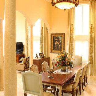 Diseño de comedor mediterráneo, grande, abierto, sin chimenea, con suelo de mármol y paredes beige
