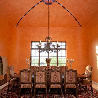 Immagine di una grande sala da pranzo aperta verso la cucina mediterranea con pareti arancioni, moquette e nessun camino