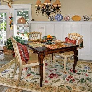Ispirazione per una piccola sala da pranzo aperta verso la cucina costiera con pareti gialle e pavimento in pietra calcarea