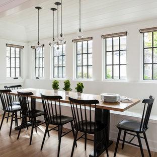 Foto di una sala da pranzo aperta verso il soggiorno chic di medie dimensioni con pareti bianche, parquet chiaro, pavimento beige e nessun camino