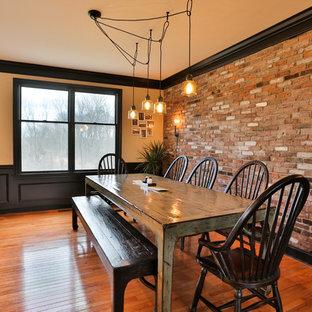 Foto di una sala da pranzo aperta verso la cucina country di medie dimensioni con pareti multicolore, pavimento in legno massello medio, nessun camino e pavimento marrone