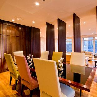 Modernes Esszimmer mit braunem Holzboden in New York