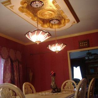 Ejemplo de comedor de cocina vintage, de tamaño medio, con paredes rojas, suelo de mármol y chimenea de doble cara