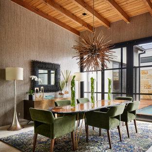 Inspiration för moderna matplatser, med bruna väggar och beiget golv