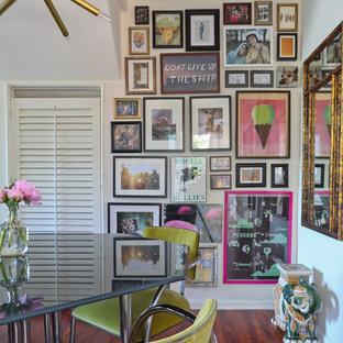 Eklektisches Esszimmer mit weißer Wandfarbe und dunklem Holzboden in Los Angeles