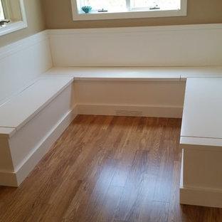 Ispirazione per una piccola sala da pranzo aperta verso la cucina chic