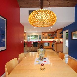 Idee per una piccola sala da pranzo aperta verso la cucina design con pareti blu, parquet chiaro, nessun camino e pavimento beige