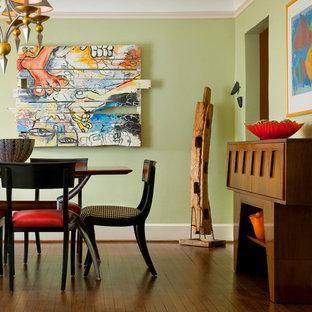 Idee per una sala da pranzo eclettica chiusa e di medie dimensioni con pareti verdi, parquet scuro e nessun camino