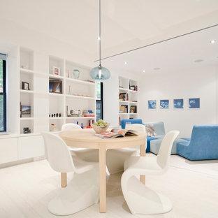Immagine di una sala da pranzo moderna con pareti bianche, parquet chiaro e pavimento bianco