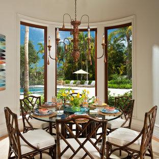 Foto di una grande sala da pranzo tropicale con pareti bianche