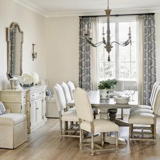 Inspiration för en stor medelhavsstil matplats, med beige väggar, ljust trägolv och beiget golv