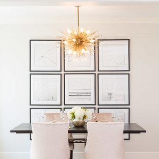 Ispirazione per una sala da pranzo chic di medie dimensioni con pareti beige, parquet chiaro e nessun camino