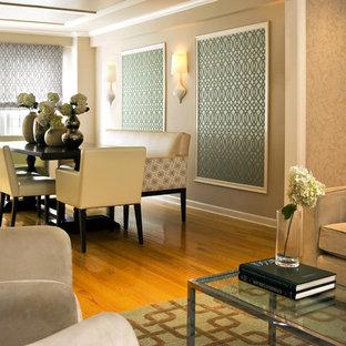 Modelo de comedor actual con paredes beige y suelo de madera en tonos medios