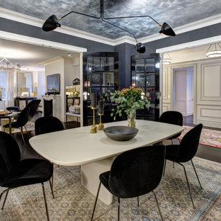 Immagine di una grande sala da pranzo design chiusa con pareti nere, parquet scuro, nessun camino e pavimento nero