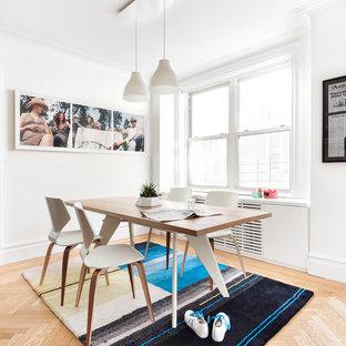 Immagine di una piccola sala da pranzo minimal con pareti bianche, parquet chiaro e pavimento marrone