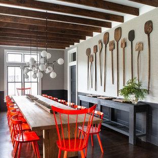 Ejemplo de comedor de cocina campestre, grande, con paredes negras, suelo de madera oscura y suelo marrón