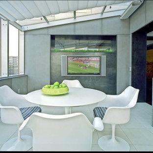 Esempio di una grande sala da pranzo aperta verso la cucina design con pareti grigie, pavimento in gres porcellanato, nessun camino e pavimento grigio