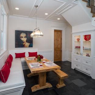 Idee per una sala da pranzo chic chiusa e di medie dimensioni con pavimento in ardesia, pareti bianche, nessun camino e pavimento nero