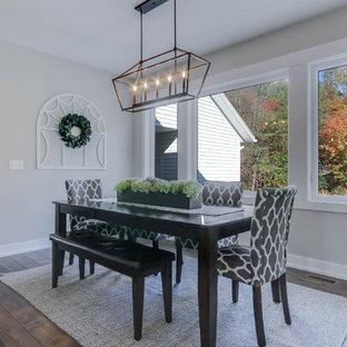 Idee per una sala da pranzo aperta verso la cucina country di medie dimensioni con pareti grigie, pavimento in laminato e pavimento marrone