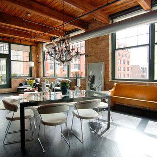 Esempio di una sala da pranzo aperta verso il soggiorno industriale di medie dimensioni con pareti multicolore, pavimento in legno verniciato, nessun camino e pavimento nero