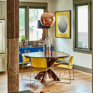 Foto di una piccola sala da pranzo aperta verso il soggiorno boho chic con parquet chiaro