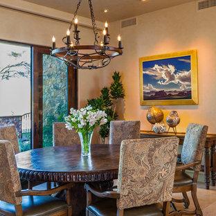 Foto di una sala da pranzo aperta verso il soggiorno rustica di medie dimensioni con pareti beige, pavimento in pietra calcarea, nessun camino e pavimento beige