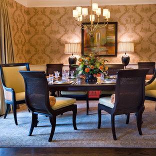 Foto di una sala da pranzo tradizionale chiusa e di medie dimensioni con parquet scuro, pareti con effetto metallico e pavimento marrone