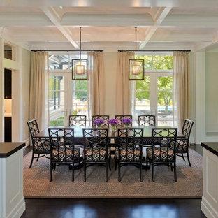 Foto di una sala da pranzo vittoriana con pareti beige e parquet scuro