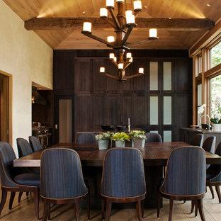 Ispirazione per una grande sala da pranzo aperta verso la cucina contemporanea con pareti beige, pavimento in legno massello medio e nessun camino