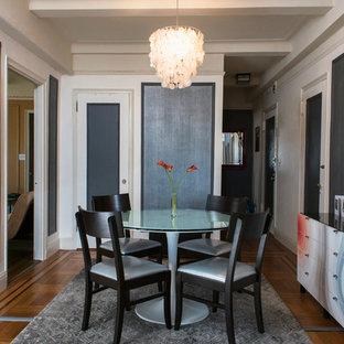 Immagine di una piccola sala da pranzo moderna chiusa con pareti con effetto metallico e pavimento in legno massello medio