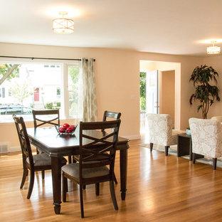 Idee per una sala da pranzo aperta verso la cucina tradizionale di medie dimensioni con pareti beige, parquet chiaro, camino classico, cornice del camino in mattoni e pavimento marrone