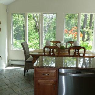 Immagine di una sala da pranzo aperta verso la cucina stile marinaro di medie dimensioni con pareti bianche, pavimento in gres porcellanato e nessun camino