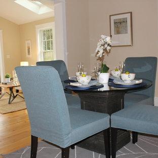 Idee per una piccola sala da pranzo aperta verso la cucina country con pareti beige, parquet chiaro e nessun camino