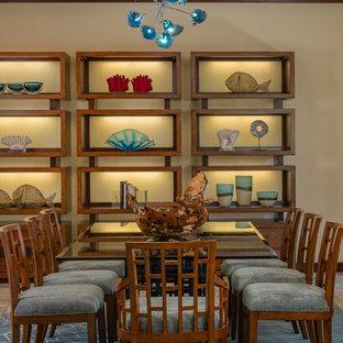 Diseño de comedor de cocina tropical, de tamaño medio, sin chimenea, con paredes beige, moqueta y suelo azul