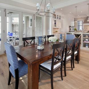 Foto på ett maritimt kök med matplats, med ljust trägolv