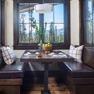 Imagen de comedor de cocina rústico, pequeño, sin chimenea, con paredes blancas, suelo de madera en tonos medios y suelo marrón