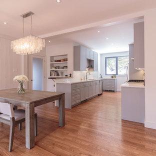Diseño de comedor de cocina clásico renovado, de tamaño medio, sin chimenea, con paredes blancas, suelo de madera en tonos medios y suelo marrón