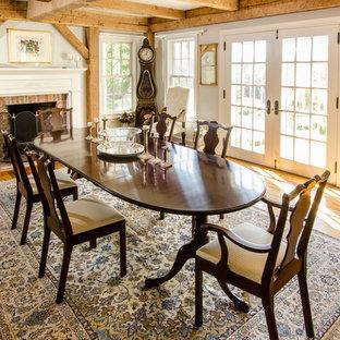 Imagen de comedor de cocina campestre, de tamaño medio, con paredes beige, suelo de madera en tonos medios, chimenea tradicional y marco de chimenea de ladrillo